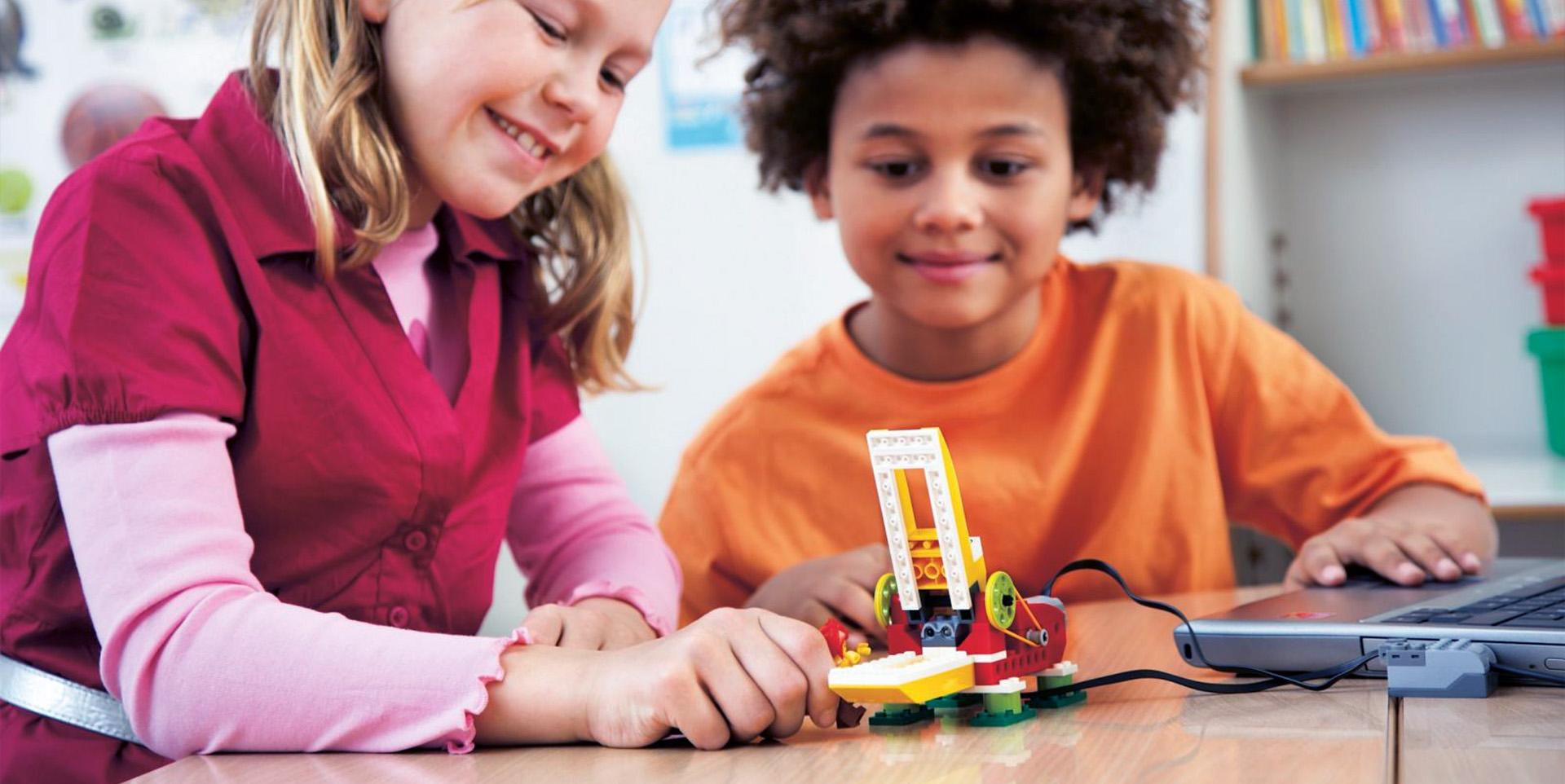 ילדים משחקים ברובוט